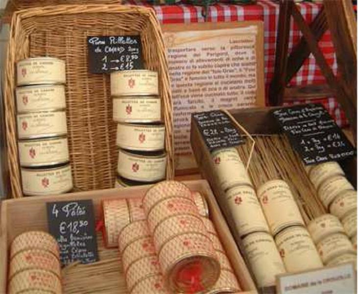 In piazza grande arriva il mercatino francese un for Tovaglie provenzali